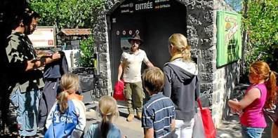 Les visiteurs se pressent à l'entrée pour une descente à 60 m de profondeur.