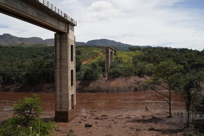 7f5a75b1e64fe A rail bridge stands cut in half two days after a dam collapse in  Brumadinho