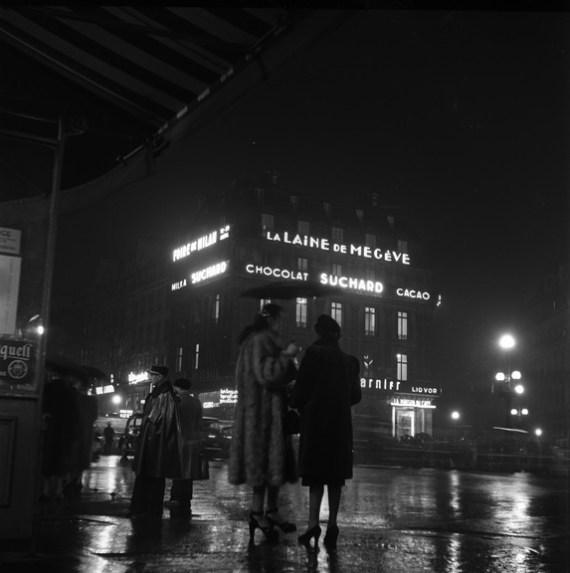 Women in Paris at night (Walt Girdner photo)