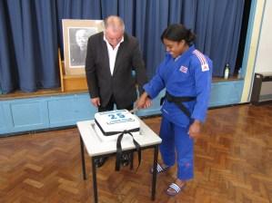 Roger and Nekoda cutting the cake