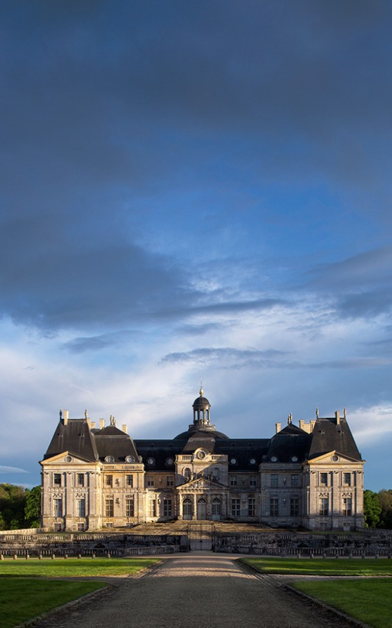 The courtyard façade of the château seen from beyond the entrance gate. ©Bruno Ehrs