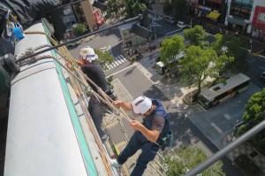 縄梯子での施工写真