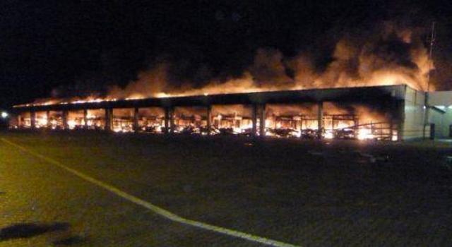 Brennende Fahrzeughalle