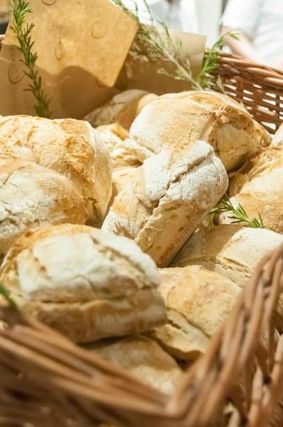 Os pães podem ser consumidos na loja ou levados para casa.