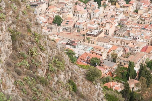 Vista da cidade na viagem para Sicília, na Itália: Taormina | Cozinha do João