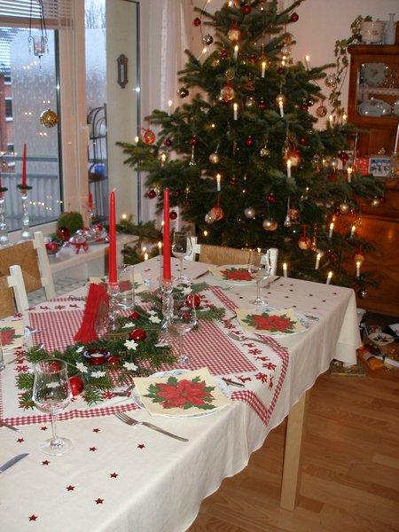 unser Esstisch mit dem Weihnachtsbaum