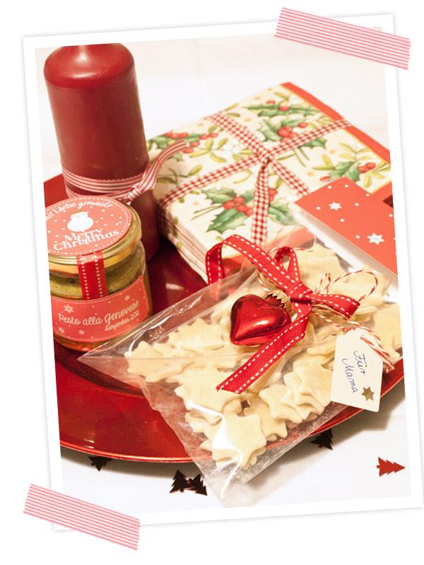 Alles auf einem hübschen Teller angerichtet mit einer schönen Flasche Wein, einer Kerze und Servietten.Wundervolle weihnachtliche Geschenkidee. Selbstgemachte Sternchen-Pasta mit Basilikum und Etiketten zum Ausdrucken