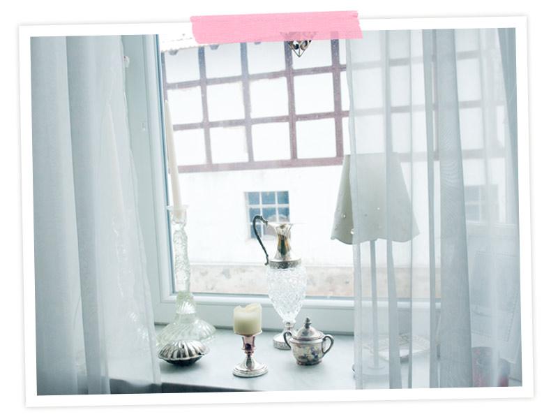 Auf meiner Fensterbank: Im Wohnzimmer natürlich Silber. Vor allem Flohmarktschätze. Die Karaffe habe ich einer Verkäuferin sehr günstig abgequatscht, weil ich sie unbedingt haben wollte!!!!
