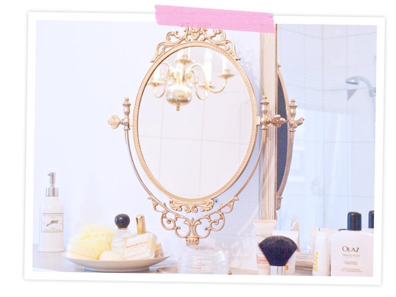 Steht ein kleiner Spiegel, weil ich mich im großen fast nicht sehen kann. Der Absatz ist zu hoch! Und ohne Brille wird das nix. Dann sehe ich nach dem Schminken aus wie ein Picasso. Daneben steht eine Schale mit hübschen Beautysachen die meine Steffischwester mir geschenkt hat!