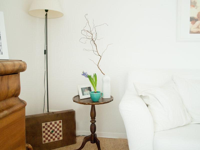 """Ein kleines Tischchen von meiner Mama, Dekoriert mit einer Weißen Vase von """"königl. Tettau"""" und einem Zweig. Der alte Spielekoffer ist leider leer, versteckt aber doofe Kabel"""
