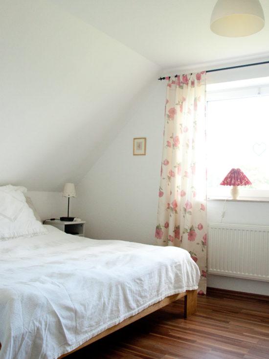 Früh aufgestanden. Das Bett gemacht und mich an den frisch gekürzten Gardinen erfreut!