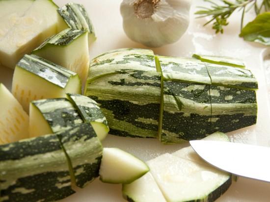 Zucchini fürs Mittagessen geschnippelt
