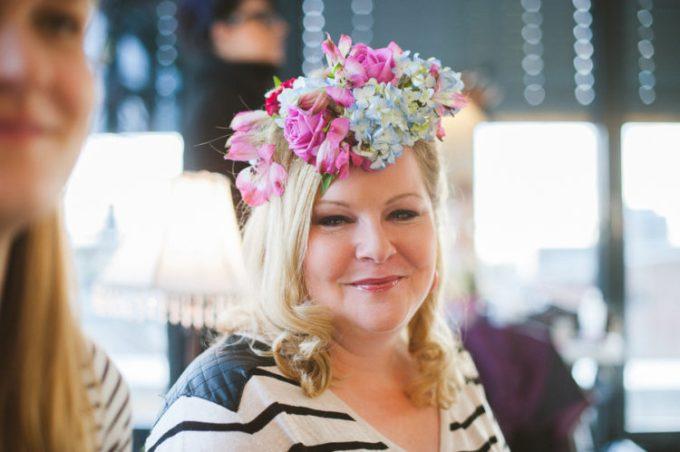 Die Blumenkränze wurden uns von professionellen Stylistinnen ins Haar geflochten