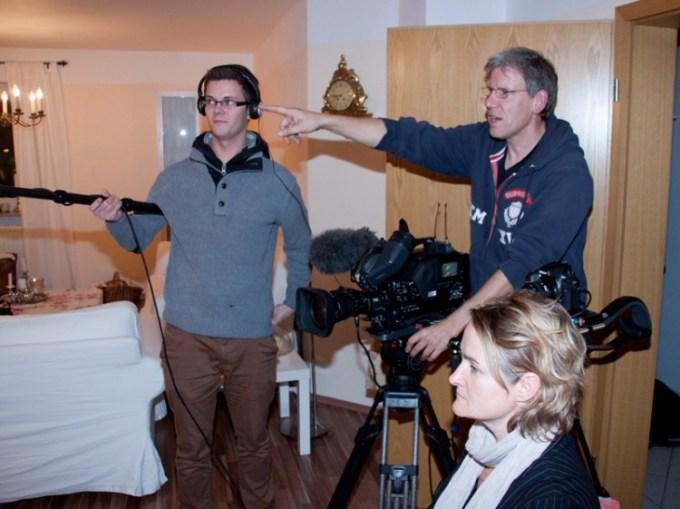 IDanny von Cozy & Cuddly im Fernsehen (WDR). Bild und Ton müssen eingerichtet werden und ein paar Möbel werden verrückt.