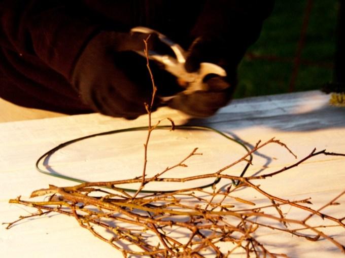 Jetzt geht es los. Birkenzweige sind leicht und flexibel und lassen sich toll verarbeiten.