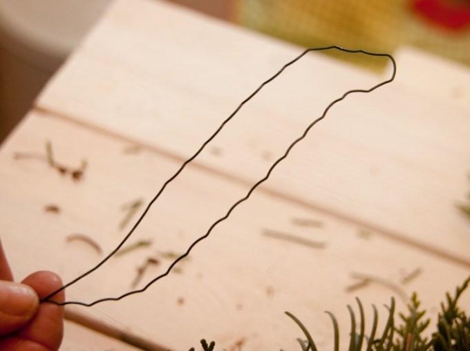 Aus einem 15-20 cm langen Stück Wickeldraht formen wir nun eine Schlaufe.