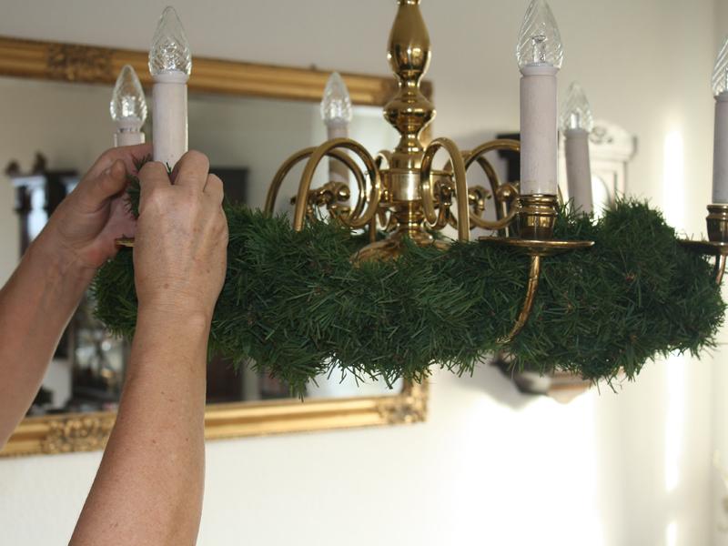 Advent, advent: ein kronleuchter verkleidet sich weihnachtlich ...