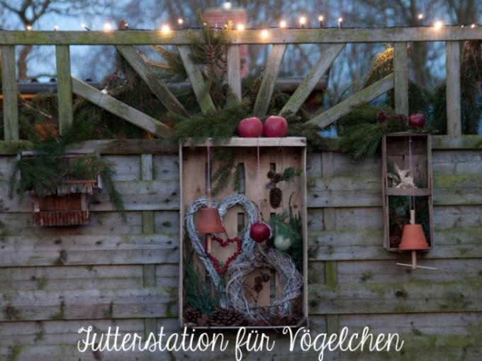 Weihnachten: Futterstation für die Vögel im Garten