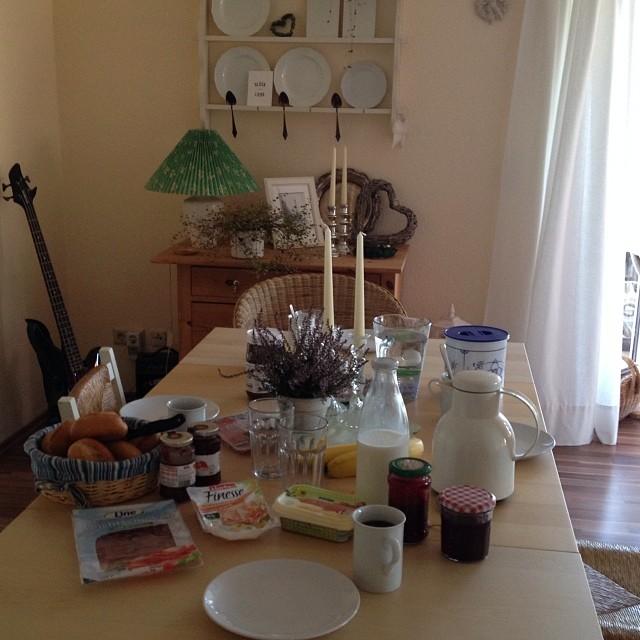Die (Wochenend-) Kinder haben den Frühstückstisch gedekckt. Das mit den Messern haben wir noch gemerkt ;-)