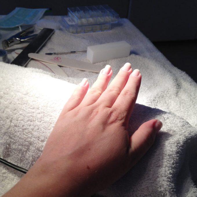Als Handmodel unterwegs. Nageltraining für die angehende Nageldesignerin.