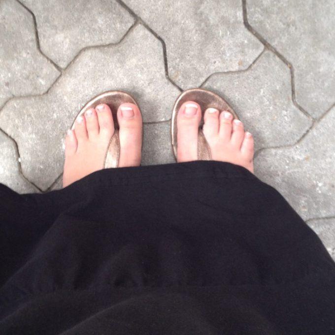 View Down. Ich liebe meine French Nails, habe neue Sandalen und mein geliebtes Maxi-Dress