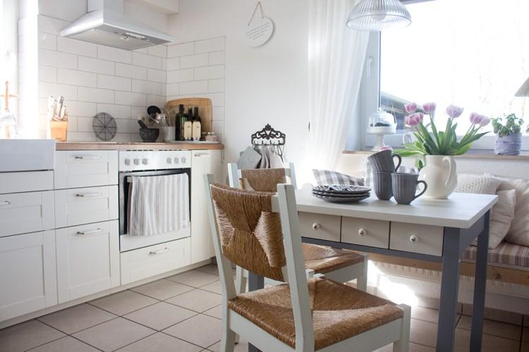 Unser alter Küchentisch von Ikea hat mit grauer Farbe ein komplett neues Design bekommen