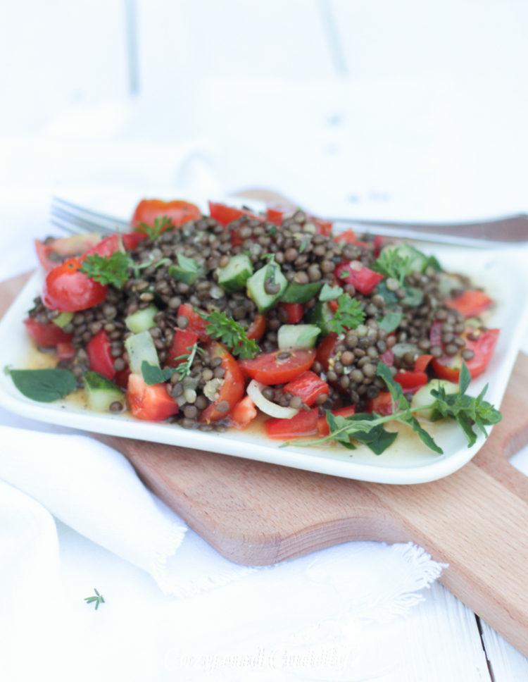 Leckerer orientalisch angehauchter Beluga-Linsen Salat fürs Büro oder unterwegs (vegan)