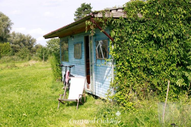 Viele Helfer, die mal eine Zeitlang austteigen wollten, leben in Hütten und Bauwagen über den Sommer auf dem Hof.
