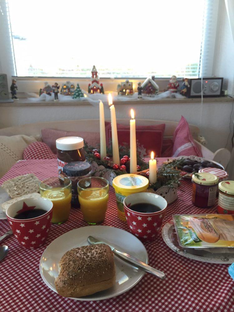 und erstmal anständig gefrühstückt. Wegen Wochenende mit Zeit und Brötchen... Und eine Kerze zu früh angezündet. Ups.