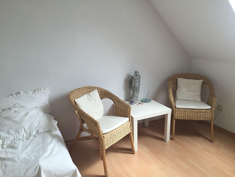 Schön ist es geworden. Ein schönes helles Zimmer in dem wir auch meditieren.