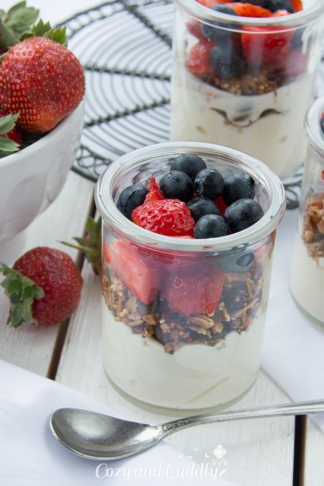 Mit Power in den Tag mit Granola und veganem Quark von Alpro und Früchten