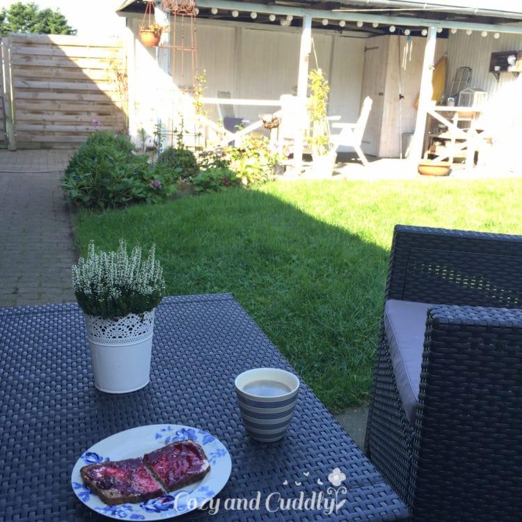 ...und dazu ein kleines Frühstück im Garten.