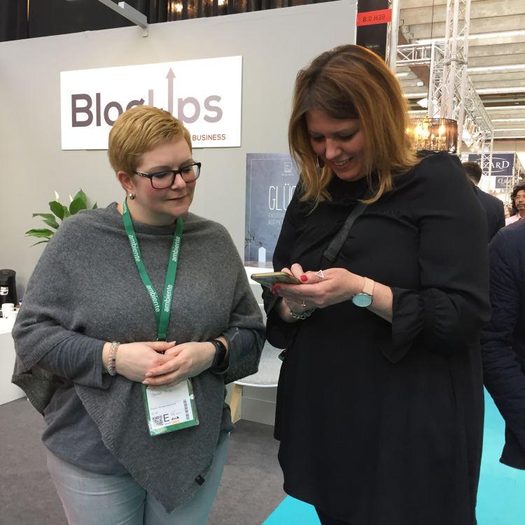 Standbetreuung BlogUps von Michaela Hoechst-Lühr. Mit Blogger-Relations zum Erfolg, Messe Frankfurt (mit Holly Becker)