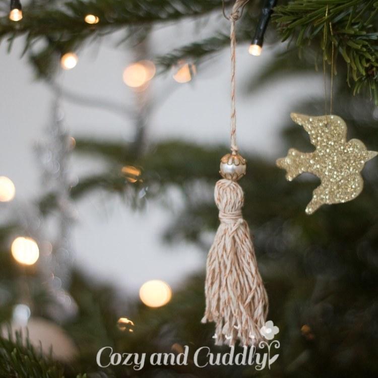 Advent: Quasten aus Bäcker-Garn als Christbaumschmuck - cozy and cuddly Adventskalender