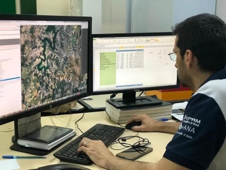 Pesquisador em Geociências da CPRM durante elaboração do boletim de monitoramento