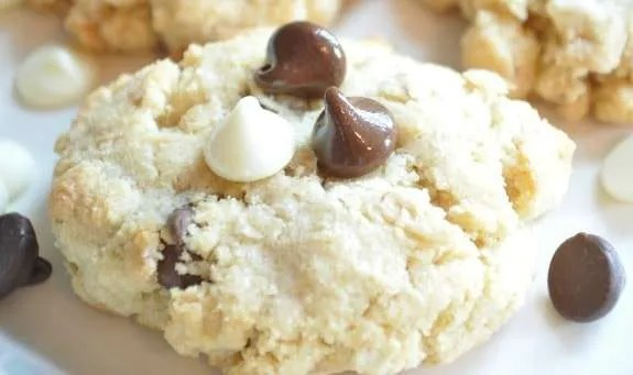 WHITE & DARK CHOCOLATE OATMEAL COOKIE SWEETENED WITH COCONUT FLOUR