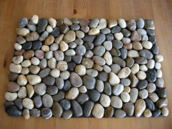 making-rugs-DIY-pebble-bath-mat
