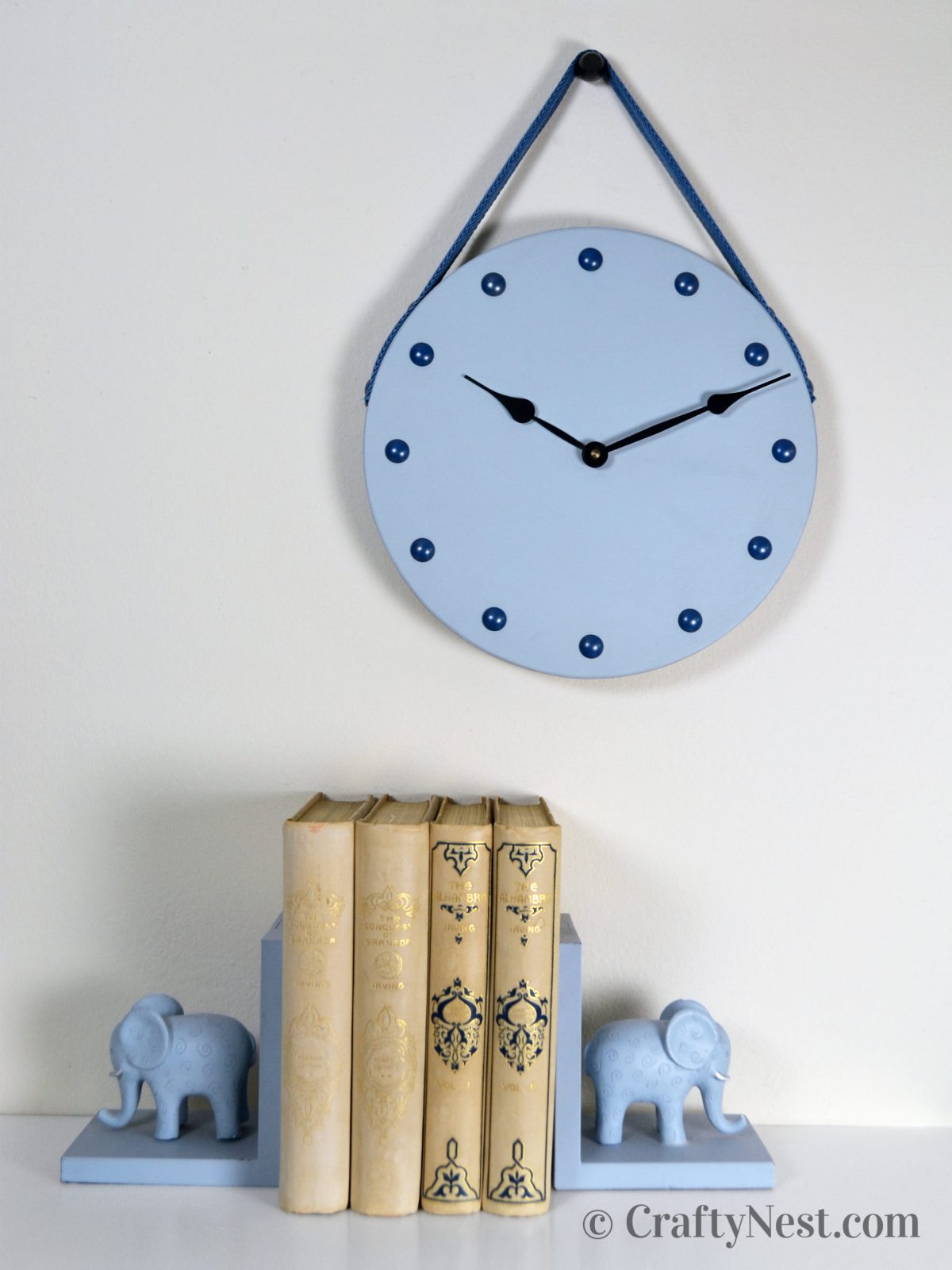 Furniture-nail clock with strap, photo