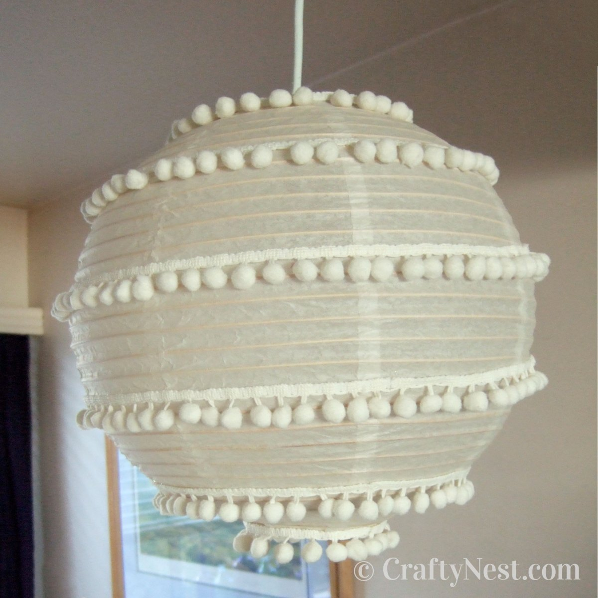 Hang the pom-pom lantern, photo
