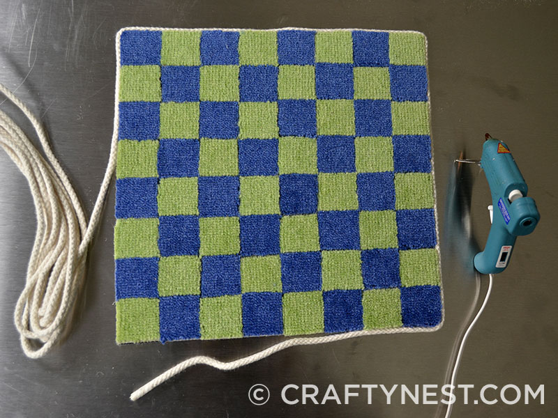 Hot glue the rope around the checkerboard, photo
