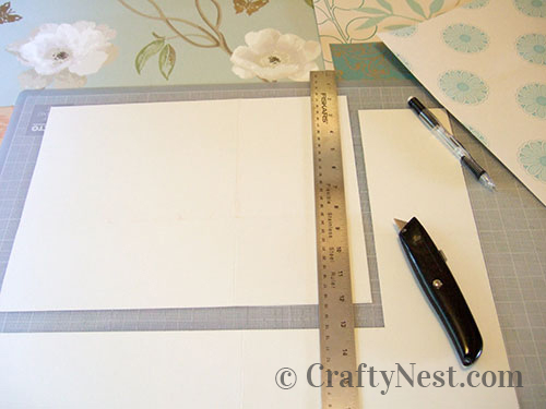 Cut the wallpaper to size, photo