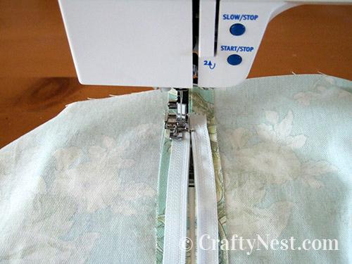Sew on the zipper, photo