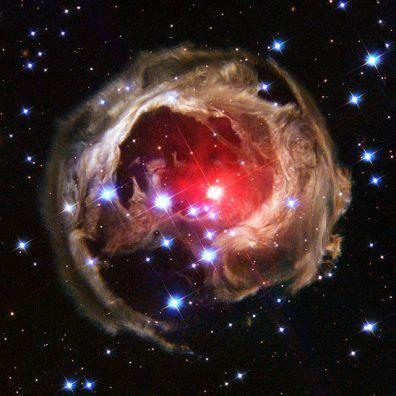 Wygląda jak ikona Firefoksa, prawda? To znajdująca się na rubieżach Drogi Mlecznej gwiazda V838 Monocerotis, czerwony nadolbrzym, który w 2002 roku gwałtownie pojaśniał. Halo wokół niej to ślady tych eksplozji. 8 lutego 2004. Fot. NASA/ESA
