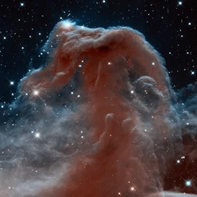 Mgławica Koński Łeb znajduje się w konstelacji Oriona. Czerwony blask pochodzi od gazu wodorowego zjonizowanego przez pobliską gwiazdę Sigma Orionis. Zdjęcie wykonane w podczerwieni z okazji 23. rocznicy wystrzelenia Hubble'a. Fot. NASA/ESA
