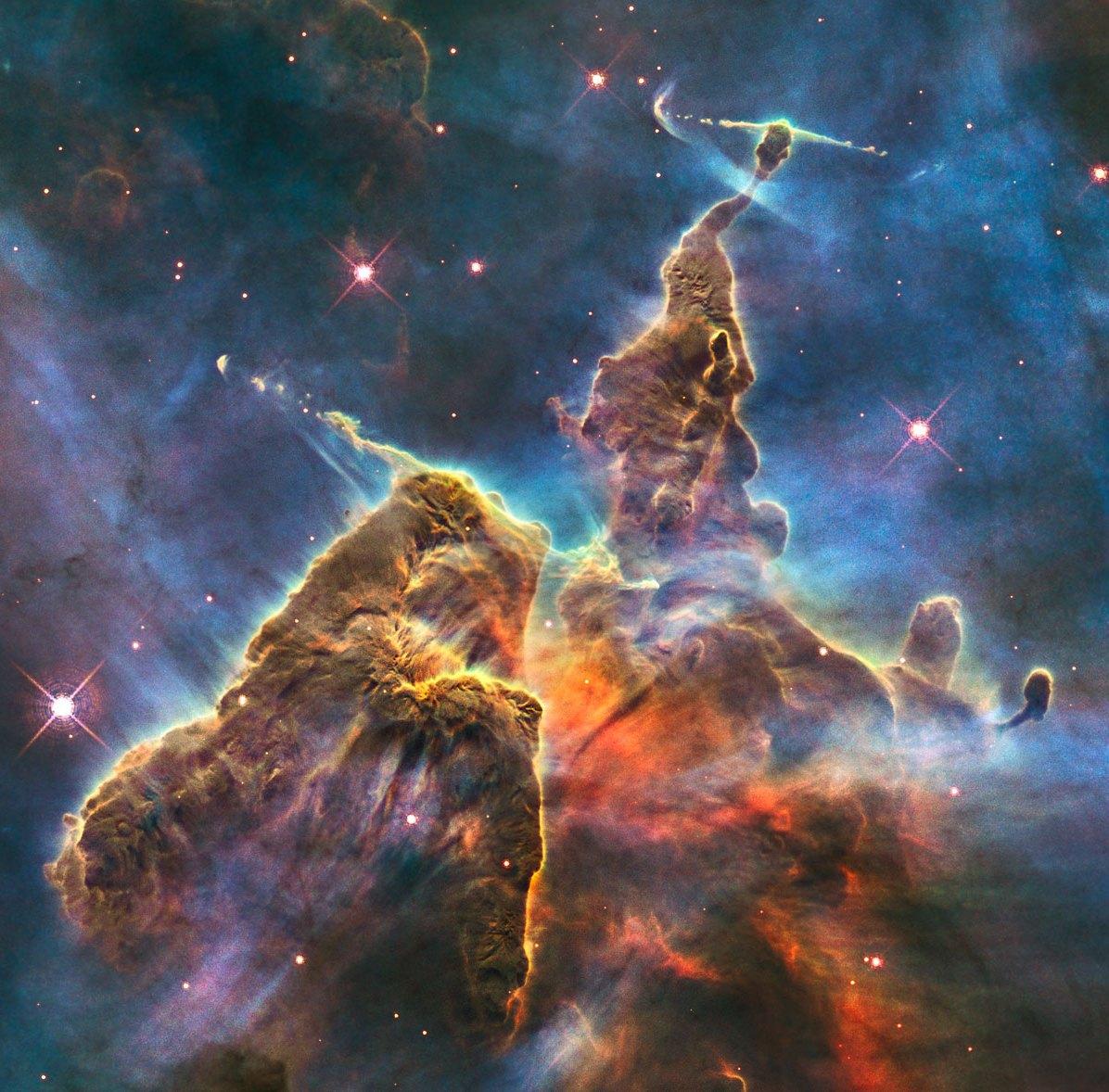 """Ten krajobraz rodem z """"Władcy Pierścieni"""" to Mgławica Carina znajdująca się w gwiazdozbiorze Kila. Jest jedną z największych i najjaśniejszych odkrytych mgławic. Fot. NASA/ESA"""