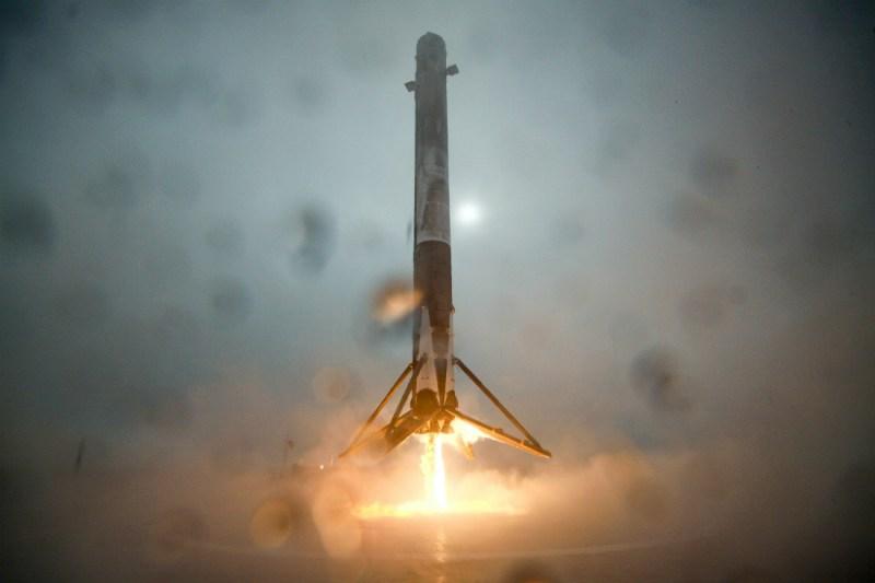 Pierwszy człon rakiety Falcon 9 ląduje na tratwie na Pacyfiku w styczniu 2016 roku. Fot. SpaceX