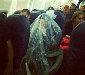 """Il passeggero di un aereo in un sacchetto di plastica: forse un """"Kohen"""" che si protegge dalle impurità?"""