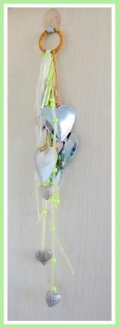 Hanger met hartjes versierd met linten - Creatief en Simpel - Ga naar onze site voor de uitgebreide uitleg en voor nog meer leuke ideeen