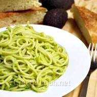 Pasta con crema de aguacate y pistachos