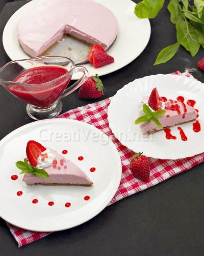 Cheesecake vegano de fresa con nata de coco, salsa de fresas y caviar de granadina